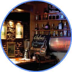 bar com prateleiras com bebidas