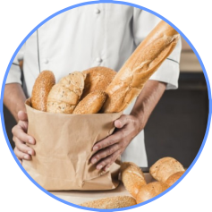 homem segurando sacola de pão